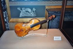 Violon Stradivarius - palais royal de Madrid.jpg