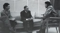 Simone de Beauvoir (à gauche) entourée de Jean-Paul Sartre (au centre) et du Che Guevara (à droite)