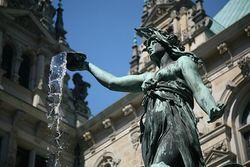 Hygie - Fontaine du parvis de l'hôtel de ville de Hambourg.jpg