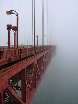Brouillard advectif sur le pont du Golden Gate, à San Francisco (USA).