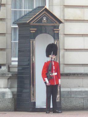 https://download.vikidia.org/vikidia/fr/images/thumb/5/5c/Garde_royal_Buckingham_Palace.JPG/286px-Garde_royal_Buckingham_Palace.JPG