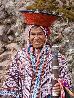 Un homme des Andes en costume traditionnel (Pérou).